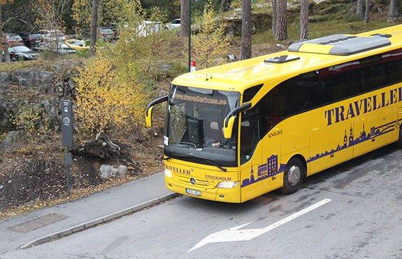 Buss i höstmiljö