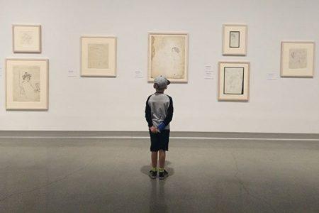 Barn tittar på konst i Artipelags konstmuseum