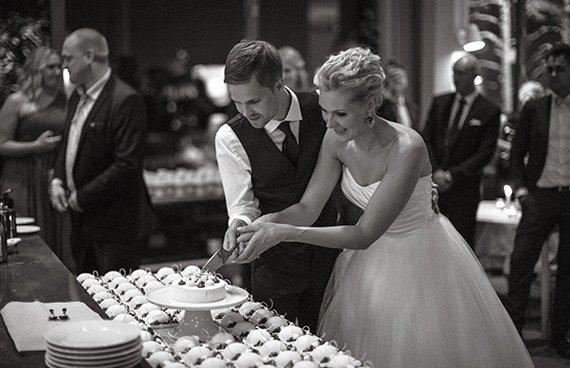 Bröllopspar med tårta på Artipelag