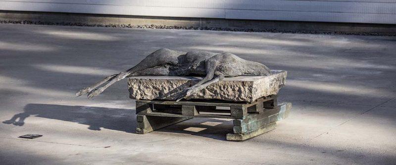 Skulptur i natur och verket Rodt 6 januari av Berlinde de Bryuckere